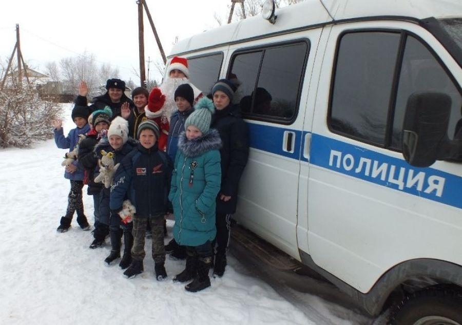 Полицейский Дед Мороз посетил ребят из посёлка Тимирязевский