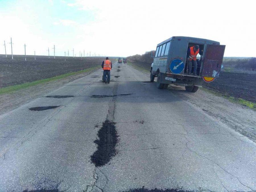 На дорогах Татищевского района ведётся ямочный ремонт