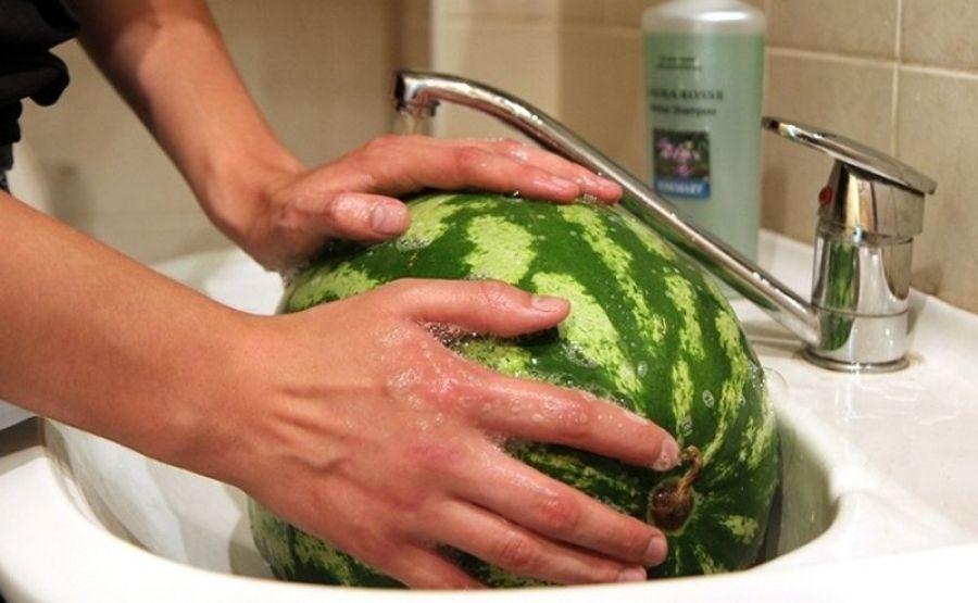 Советуем мыть арбузы с мылом